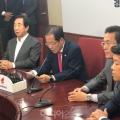 14일 홍준표 자유한국당 대표가 사퇴 기자회견을 하고 있다.jpg